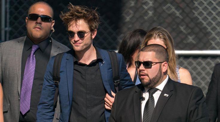 Wenn es um Robert Pattinson und die Liebe geht, könnte man vor Mitleid anfangen zu heulen. Zuerst brach ihm Twilight-Kollegin Kristen Stewart das Herz als sie merkte, dass sie eher auf Frauen steht. Anschließend führte ihn der Weg vom Regen in die Traufe zu Tahliah Debrett Barnett aka Musikerin FKA Twigs. #robertpattinson #fkatwigs #emmawatson #newgirlfriend #stars
