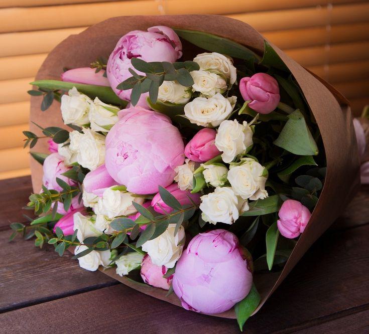 Букет из пионов, кустовых роз, тюльпанов и декоративной зелени