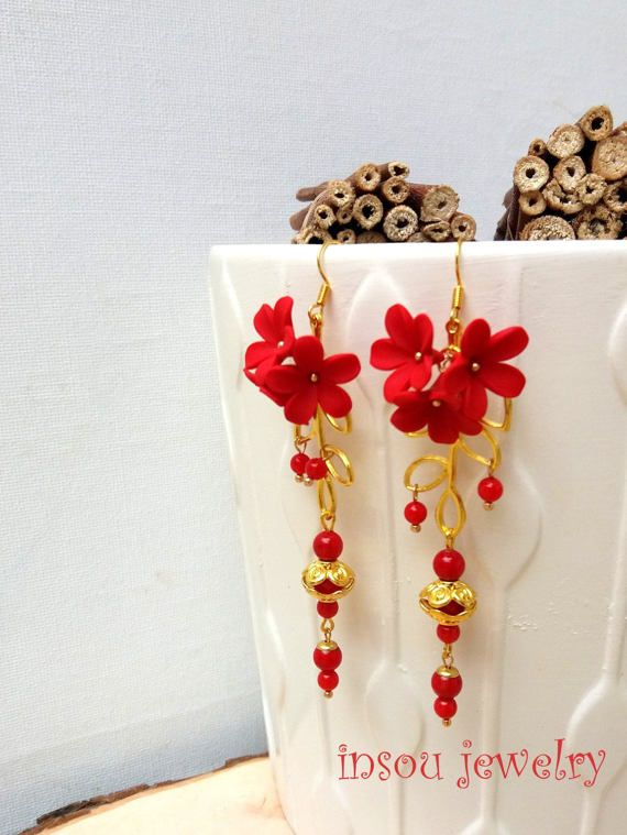 Penzolano orecchini fiore rosso orecchini orecchini orecchini fatti a mano fiori rossi rosso gioielli polimero gioielli gioielli floreali regalo per i suoi fiori  Questi orecchini sono dotate di mini mazzi di fiori rossi scolpiti a mano, decorati con perline di corallo rossi e un fascino foglia color oro. Si appendono su ganci placcati oro. Ogni fiore è scolpito con largilla polimerica a mano.  Orecchini misurano 8,5 cm (3,3 pollici) con il gancio e 6.5 cm (2.6 in) senza di essa.  ♥Jewelry è…