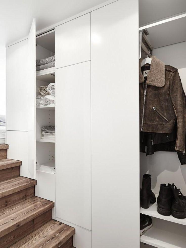 armario en unas escaleras