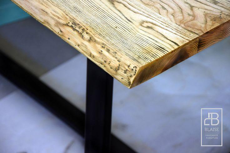 Stół wykonany z fosztów jesionowych. Widać na jakiego powierzchni naszą autorską specyfikę wykończenia.