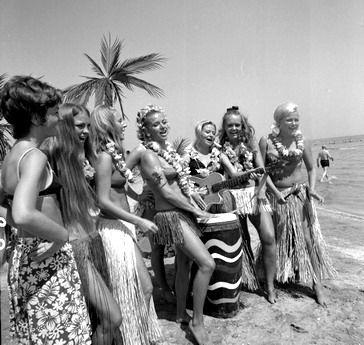 Rimini, 1970 circa Ragazze svedesi in costume hawaiano sulla spiaggia di Rimini. Luglio 1970