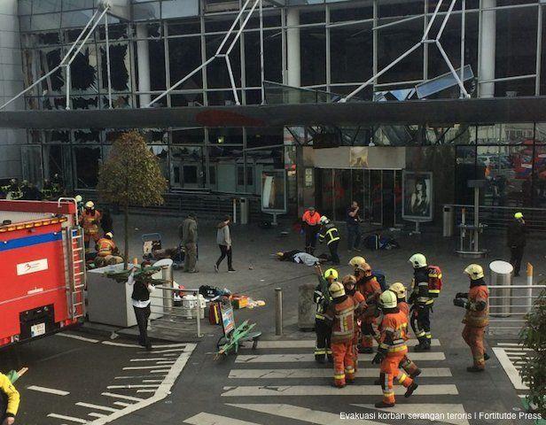 BRUSSELS, AKARPADINEWS.COM   LEDAKAN itu sangat keras. Bangunan di Bandara Zaventem, Brussels, Belgia, pada bergetar. Kaca-kaca pecah. Ruangan pun terbakar. Orang-orang pada berhamburan untuk menyelamatkan diri. Mereka bingung dan