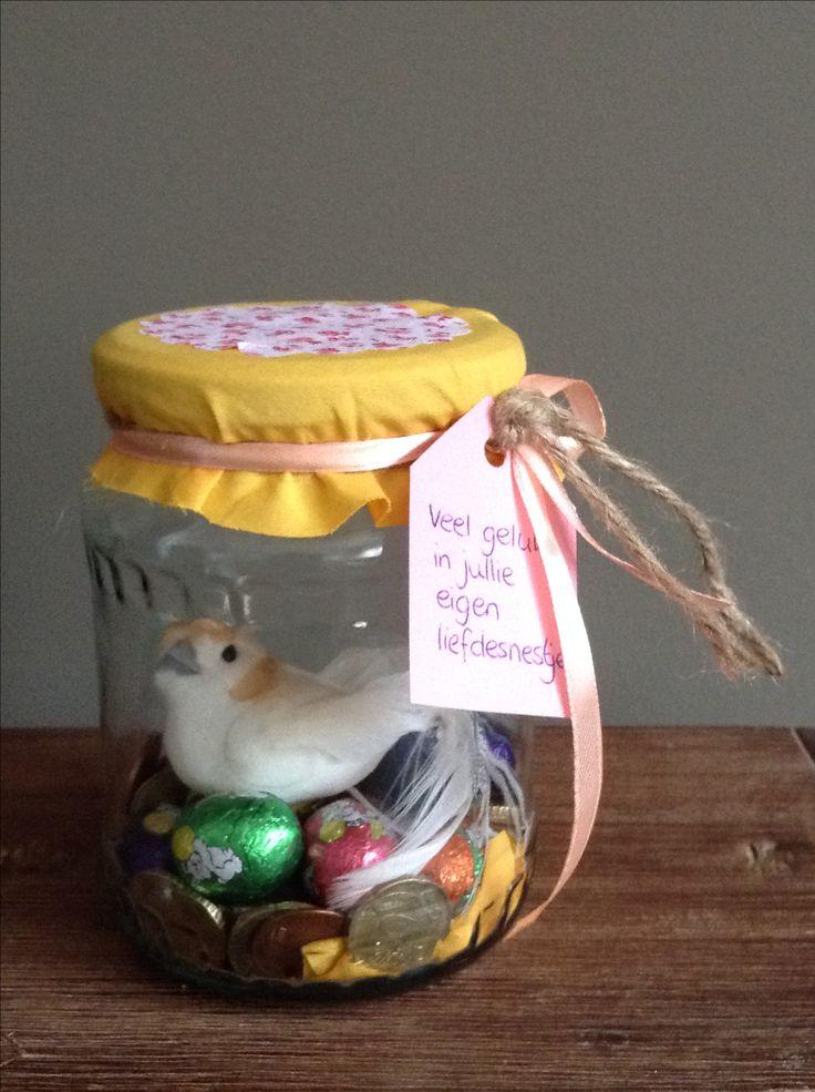 Geld geven housewarming #veel geluk in jullie liefdesnestje # munten, paaseieren en een vogeltje in een jampot