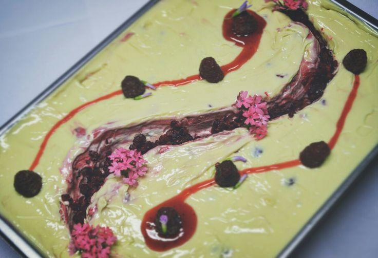 Biela čokoláda s malinovým pyré, pretieraná jemnou vrstvou malinového variegata.  Decentne dekorovaná jedlými kvetmi.  #callozmrzlina #bielacokolada #whitechocolate #white #gelato #gelatoart #decoration #foodstagram #foodporn #foodart @jedle_kvety #jedle_kvety #jedlekvety #icecream #flawors #fooddecoration