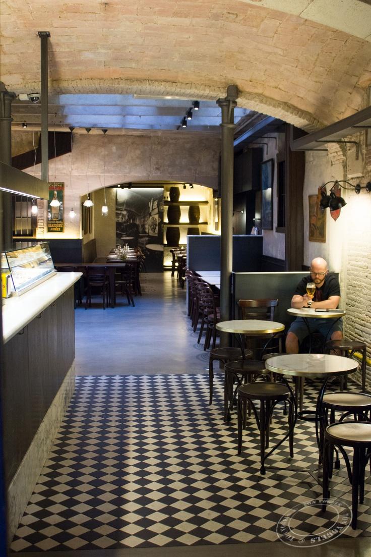 Barcelona. Small restaurant in El Gotic.: Checkered Floors, Small Restaurants, Arches Way, Café Restaurant, Bar Restaurant Hotels, Brick, Architecture Restaurants, Barrio Gotico, Barcelona Barcelona