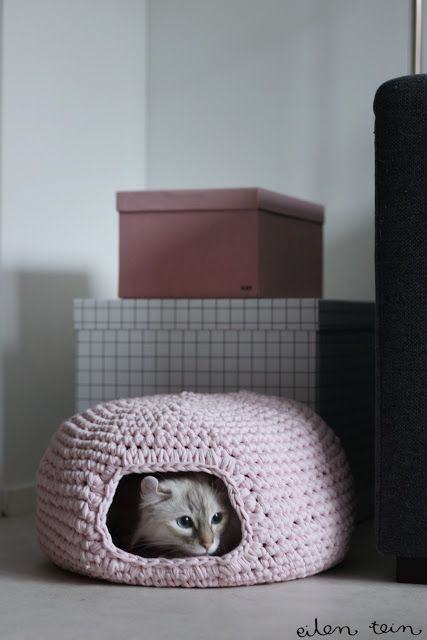 Crochet Cat Nest - How To -   Materials:  carpet yarn/weft or thick t-shirt yarn, little bit over 1kg (about 2,5 lb)  - hook 8mm (the hook should be one number too small to make the basket as tight as possible) -  a cat or two. -   Nest size: 37cm x 37cm wide and 20cm high. -   Entrance size: 15cm wide and 11cm high