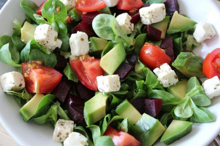 Lunch- Soms heb je niet zo veel honger en weinig zin om veel tijd te besteden aan een gezonde maaltijd. Vandaag deel ik daarom een super snelle salade die je in 5 min klaar hebt. De hoeveelheden zijn voor 1 persoon, die je kan aanvullen met couscous, rijst, aardappel, etc. Of je gebruikt de salade als …