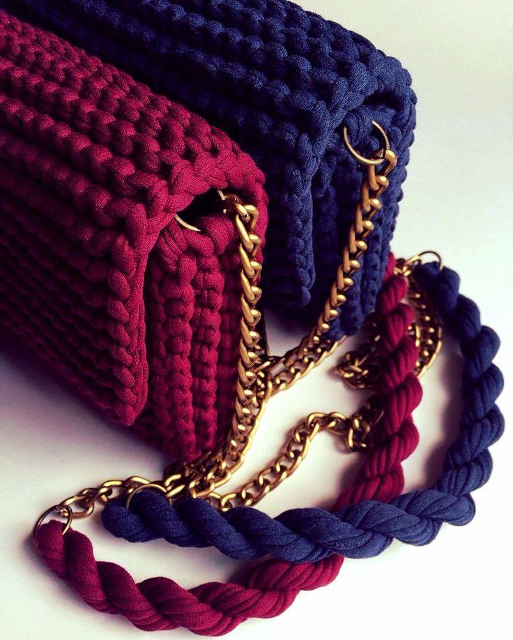 Bolsos  tejidos a trapillo pequeños con cadena y botón magnético con lindos accesorios.   by @katerinka_kasyanova