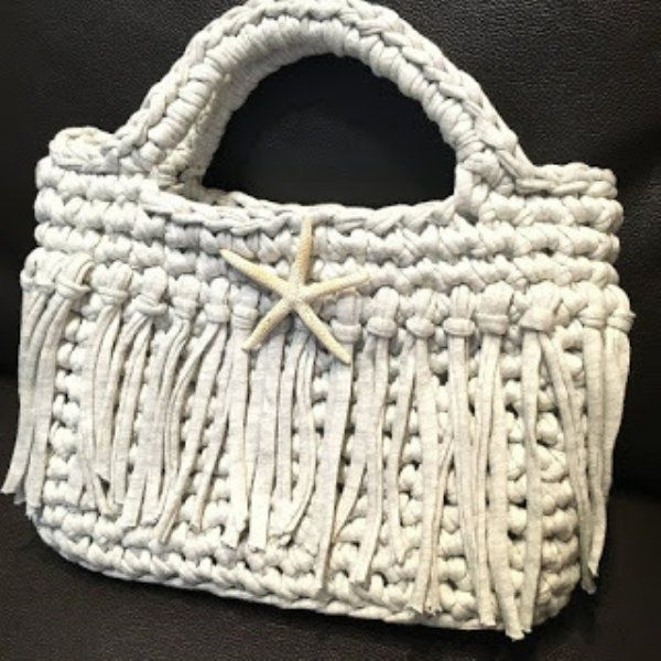Tシャツヤーンで作る小物が大人気です。 糸が太いのでサクサク編めて 小さいバッグや小物なら10分~3時間もあれば完成です。 指編みのブレスレットやかぎ針のミニバッグなどの作り方とアイディアをまとめました。是非 作ってみてください!