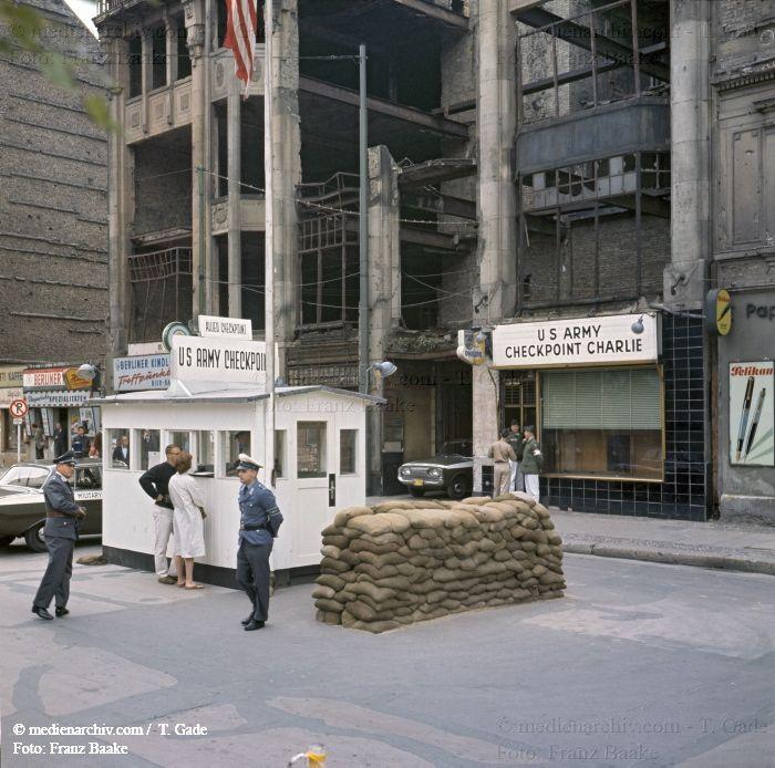 1961. Deutschland. DDR. Berlin. Mitte.Mauer vor dem Brandenburger Tor. DDR Grenze. Berliner Mauer. Iron Curtain. Zwei Frauen | Foto: Frank Baake © Thomas Gade