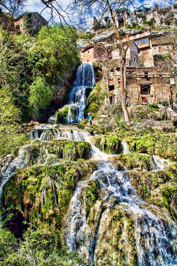 Bueno pero como de vez en cuando me puedo pegar una escapadita y uno de mis sitios favoritos es Orbaneja del Castillo. un pueblo de la ribera del Ebro en el valle de Sedano.  Este enclave de arquitectura popular, con un innegable encanto y atravesado por un regato de agua que surge de la Cueva del Agua en mitad del pueblo y atravesando este se precipita hasta el río Ebro que surca a mas de 150 metros de profundidad los acantilados de roca carcastica de caprichosas figuras que rodean todo el…