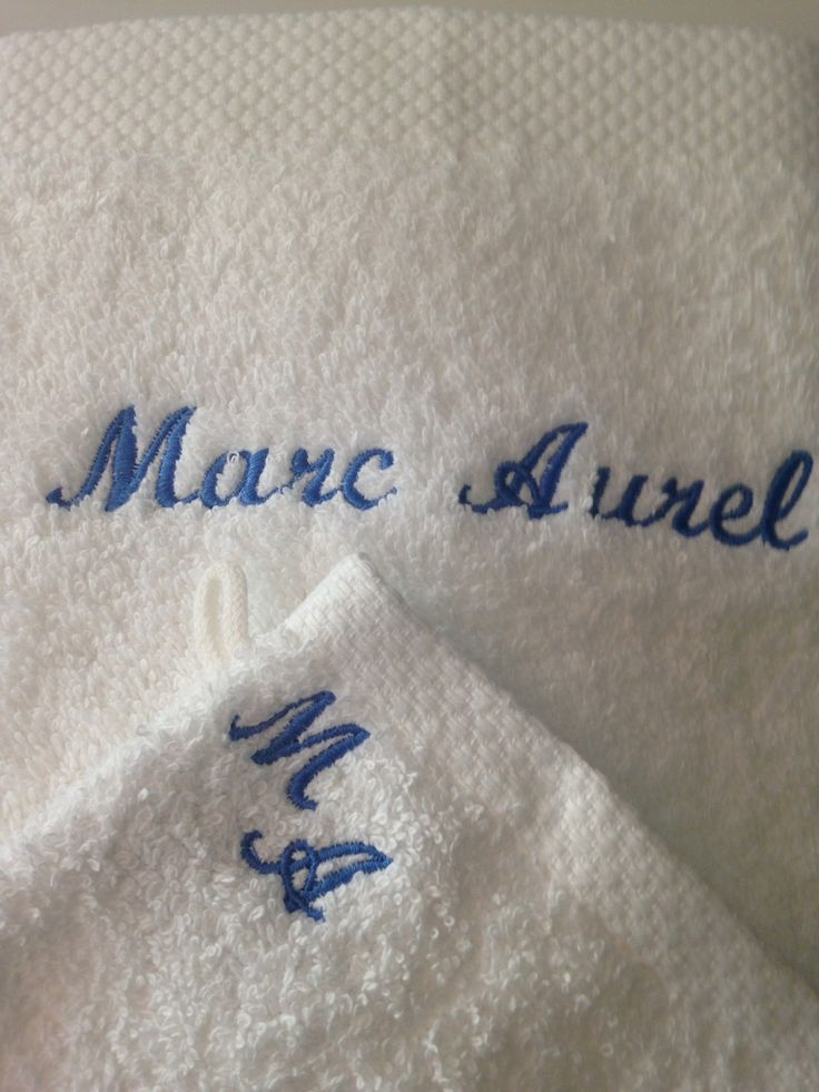 Serviette de bain et gant de toilette blancs brodés personnalisés : Textiles et tapis par atelier-de-pique-brodeuse