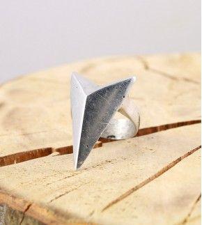 Кольцо Стрелка aluminum задаст верное направление вашему образу.
