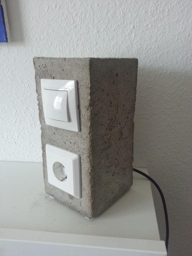 Ich biete hier zwei Nachttischlampen aus Beton GU10 Fassung 3W 230V + Steckdose zum Laden von Handy,Tablet,Notebook,Bookreader etc.Sie bestichen durch ein minimales Design im industriellen Umfeld....