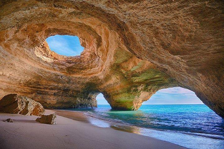 Морская пещера в Алгарве, Португалия