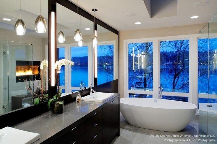 Coole halb durchsichtigen blauen Wandpaneele bieten einen extra-Kick in diesem Badezimmer Farbschema. Graue feste Oberfläche auf der Eitelkeit Zähler gibt eigene Akzente über ein dunkles Holz Schrank mit einer unter montierten Waschbecken.