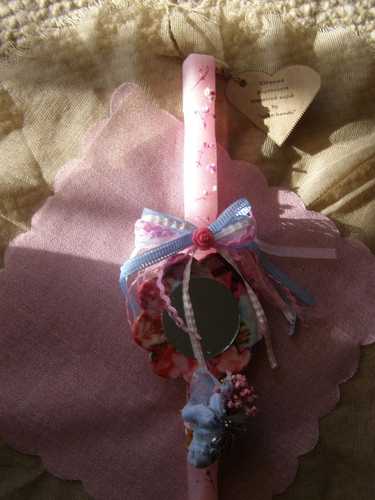 Καθρέφτη καθρεφτάκι μου.... Τετράγωνο αρωματικό σαγρέ κερί με άνθη γυψοφύλλης σε ροζ αποχρώσεις, ξύλινο χειροποίητο floral καθρεφτάκι (Decoupage τεχνική), πολύχρωμος φιόγκος με τριαντάφυλλο από ρητίνη και ένα mini μπουκέτο λουλουδιών που κρύβει το αλυσιδάκι της κρεμαστής μεταλλικής Λιβελούλας !