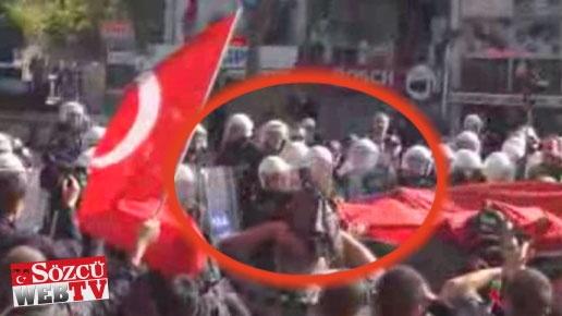 Polis Türk Bayrağı taşıyan vatandaşa tekme attı