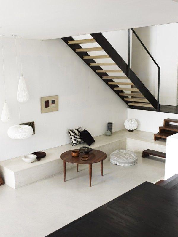Strak, elegant en wit. Er wordt efficiënt gebruik gemaakt van de ruimte door een bank in de hoek te creëren.