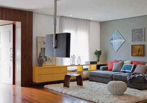 """A TV, fixada em um suporte de teto, pode girar 360º. """"Temos a opção de assistir aos programas também da sala de estar, situada logo à frente"""", conta a moradora. A cortina de linho com poliéster bloqueia a luminosidade excessiva e evita reflexos na TV na hora do filme."""