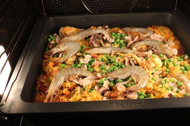 Spanische Paella nach Johann Lafer, im Ofen ganz gemütlich gegart. Ideales Gästerezept. Und hier ist das Rezept http://wolkenfeeskuechenwerkstatt.blogspot.de/2011/10/spanische-paella-nach-johann-lafer.html