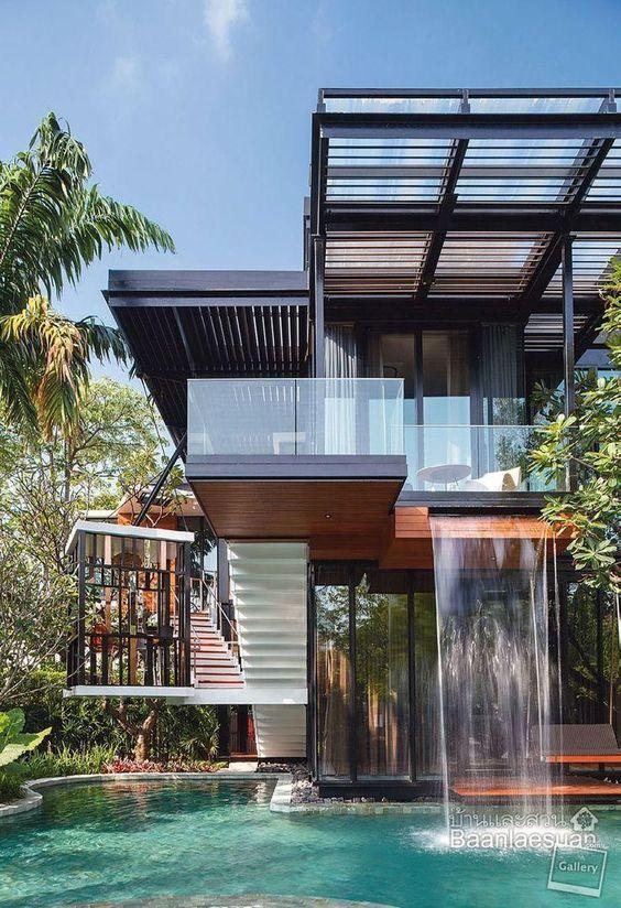 Fachada de mucho vidrio con madera y cascada casas de for Fachada de casas modernas con vidrio