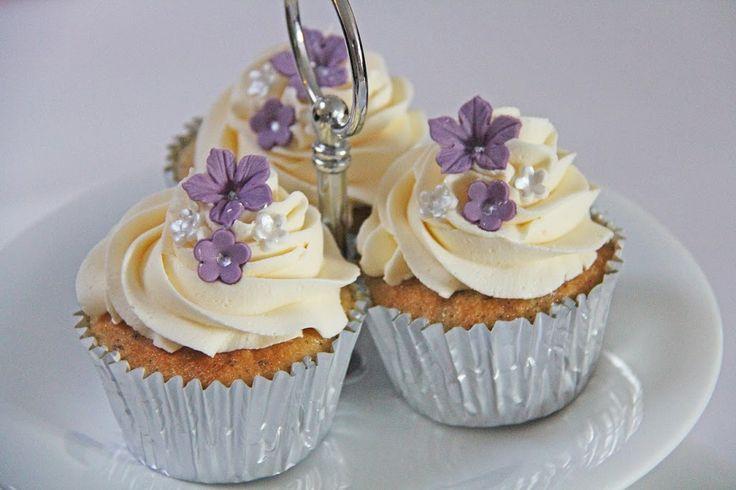 Vanilje cupcakes med hakket chokolade og vanilje frosting er super lækre