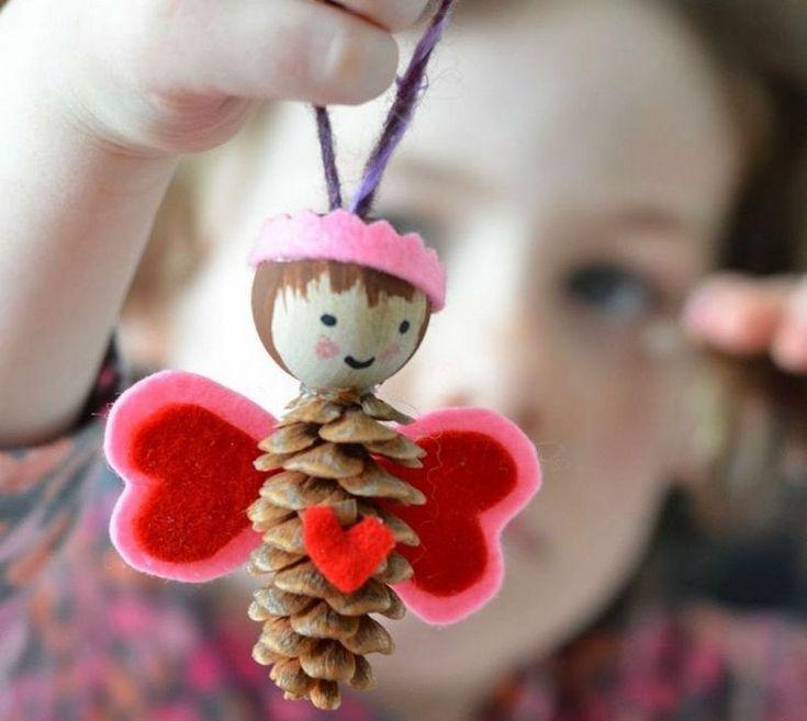 bricolage enfants avec des pommes de pin un ange mignon