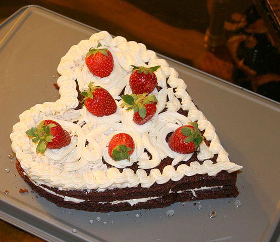 Corazón de chocolate con fresas para celebrar San Valentín