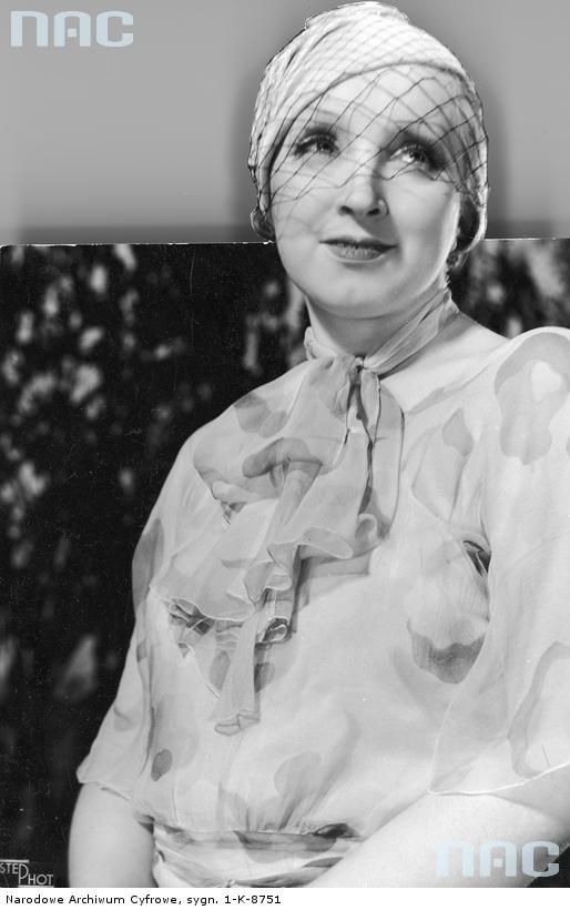 Hanka Ordonówna, piosenkarka, tancerka, aktorka filmowa i kabaretowa. Fotografia portretowa.