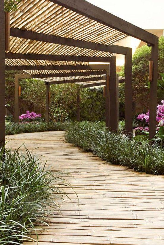 Tuinpad van bamboe met pergola.