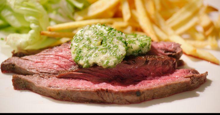 Dit is onze nationale klassieker: biefstuk met friet en sla. Jeroen gebruikt bavette, een stuk vlees dat start in de lies en eindigt in de borst en veel structuur heeft.