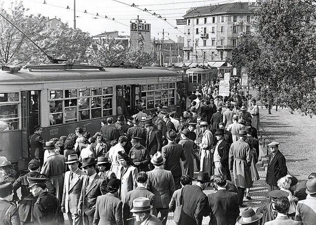 piazza Duca d'Aosta e i tram provengono da piazza Luigi di Savoia, anni 50 | da Milàn l'era inscì