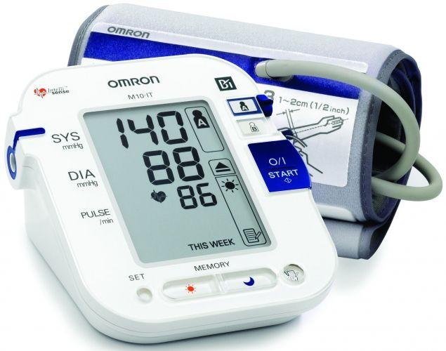 """OMRON M10 - IT felkaros """"okos-vérnyomásmérő"""" - A készülékben működő, az Omron által kifejlesztett vérnyomásmenedzsment szoftver lehetővé teszi az OMRON M10-IT Intellisensekészülék segítségével mért vérnyomásadatok megtekintését ,kezelését és kinyomtatását."""