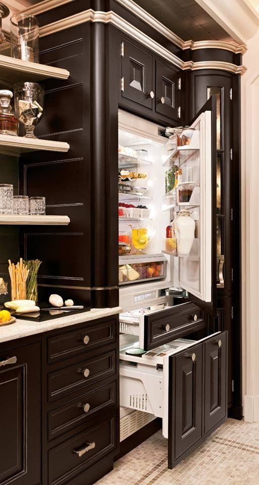 Devo avere un bel frigorifero. Devo avere molto cibo dentro il frigorifero. Mi piace un frigorifero lucente. Questo frigorifero guarda bene cone gli armadi.