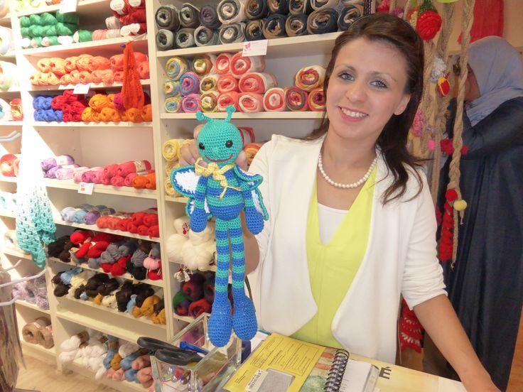 Fatma Yanik hat einen kleinen Strickladen in Neukölln. Wir treffen uns jeden Donnerstag. Hier freut sie sich über meine Libelle. (ber-ya@hotmail.com)