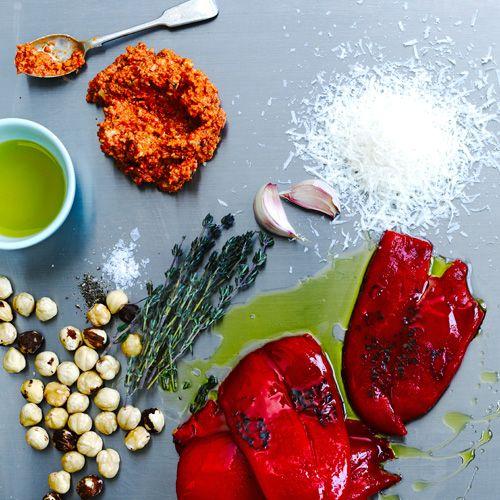 Geroosterde paprika pesto: Deze pesto is zò makkelijk om te maken en smaakt werkelijk bij alles lekker. Serveer op 'n toastje. Of een geroosterde boterham. Of roer door warme pasta. Mmm...    Rooster de tijm en noten tot de noten bruin kleuren. Maal ze met de paprika en...
