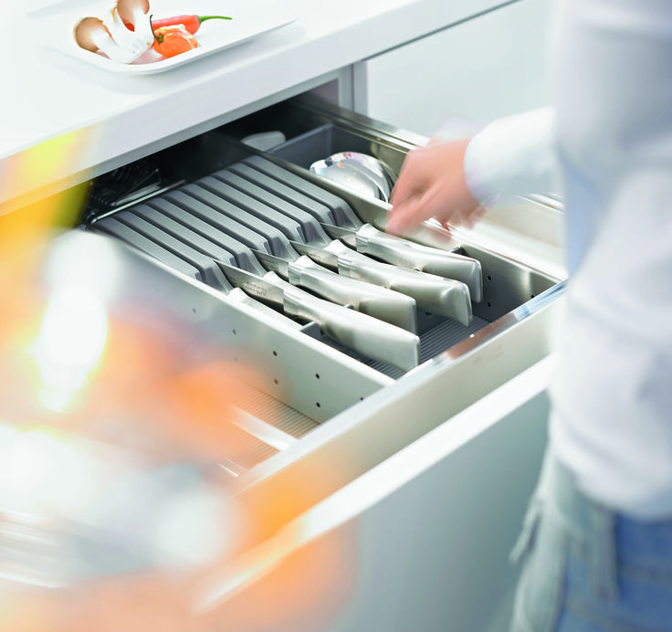 No matter what the size - the ORGA-LINE knife holder keeps up to 9 knives nice and safe. The knife holder fits into a drawer and ensures that the right knife is always to hand.