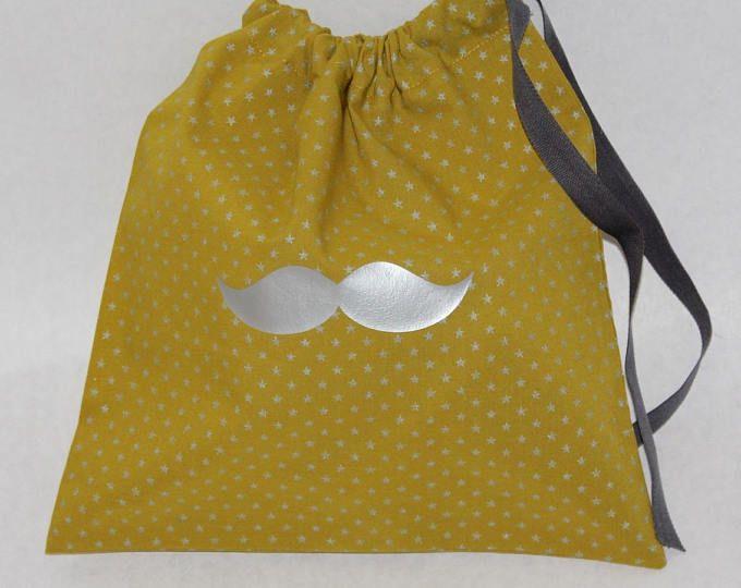 Sac à lingerie moustache ou sac à chaussons réalisé en batiste olive / étoiles argentées avec lien coulissant gris.
