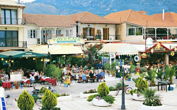Der er mange hyggelige restauranter og taverner på strandpromenaden i Nidri på Lefkas. Se mere på http://www.apollorejser.dk/rejser/europa/graekenland/lefkas