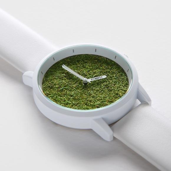 文字盤が天然芝生でうめつくされた珍しいデザインのミニマル腕時計「FORREST」ver.2。  タイのタマサート大学(デザイン学科)を卒業した若手デザイナーが作り上げた作品。シンプルを追求しながらも深さ30Mまでに耐えられる防水機能付き。  仕事に、そして、アウトドアに。  他の時計にはない自然な存在感が表現された一品です。