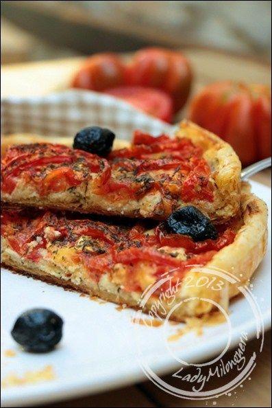 La tarte à la tomate est un grand classique estival et se décline en diverses versions : il y a la classique tarte à la tomate et à la moutarde, la tarte fine à la tomate et chèvre ou encore la tat…