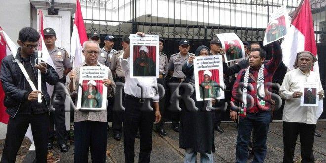 Massa Demo Kedubes Nigeria Desak Rezim Abuja Stop Persekusi Muslim http://bit.ly/1mpfI7w