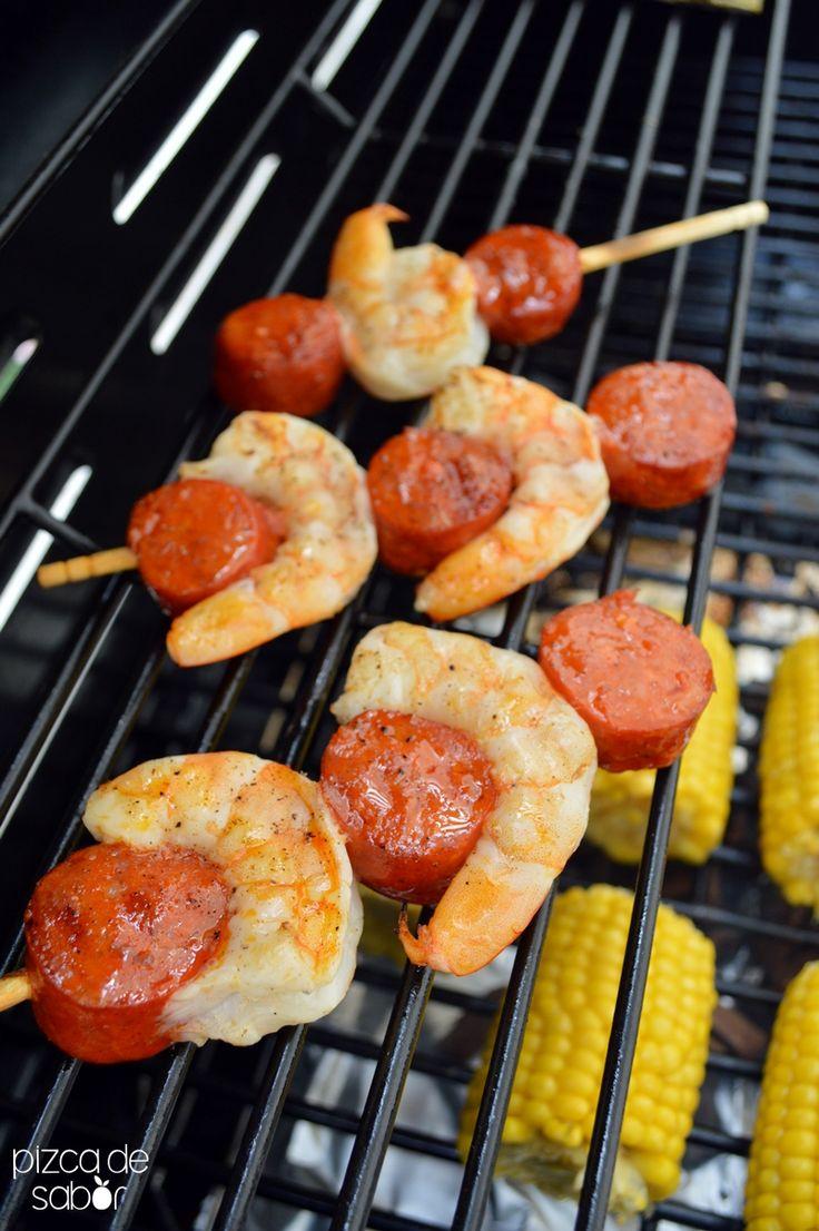 Brochetas de camarones como plato fuerte o para servir en una comida o cena con toque español, puede ser una cena de tapas españolas.