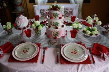Une table avec des cerises pour la fête des Mères / Journal des Femmes Décoration