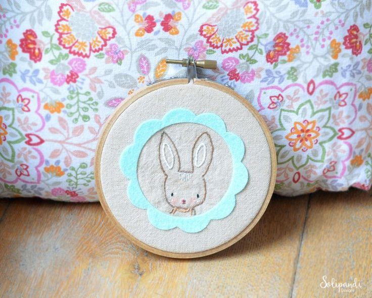 Kijk wat ik gevonden heb op Freubelweb.nl: een gratis haakpatroon  van Solipandi Designs om deze lieve paashaas te borduren https://www.freubelweb.nl/freubel-zelf/zelf-maken-met-vilt-en-borduurgaren-konijn/
