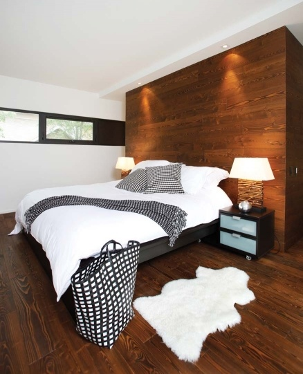 mur de bois séparant salle de bain de la chambre ?? To use a wall to separate the room, it might have the a hallway to closet or bathroom behind it.