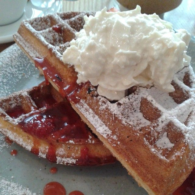 Waffles with strawberry syrup and coconut yogurt @lorettaoncuba