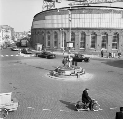 De muur van de smederij op de hoek van het Betje Wolffplein en de Aagje Dekenstraat in 1964. Op de achtergrond zijn de Scheldekranen zichtbaar. (Bron: Gemeentearchief Vlissingen, Beeldcollectie nr. FA38697)